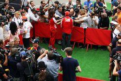 Sergio Pérez, McLaren; Sebastian Vettel, Red Bull Racing; Fernando Alonso, Ferrari en el área de los