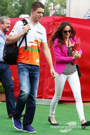 Paul di Resta del Equipo Sahara Force India F1 con su novia Laura Jordan