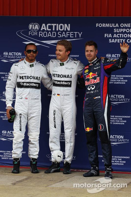Lewis Hamilton segundo Mercedes AMG F1; Ganador de la pole position Nico Rosberg, Mercedes AMG F1 y tercero Sebastian Vettel, Red Bull Racing