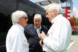 (Izq. A Der.): Bernie Ecclestone, CEO del Formula One Group, con Herbie Blash, Delegado de la FIA De