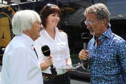 (De izquierda a derecha): Bernie Ecclestone, CEO de la Fórmula Uno, con Suzi Perry, BBC F1 Presentad