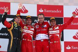 الفائز بالسباق فرناندو ألونسو، فيراري، المركز الثاني: كيمي رايكونن، لوتس، المركز الثالث: فيليبي ماسا
