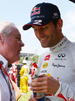 Mark Webber del Red Bull Racing con Alan Jones, Administrador de FIA, en la parrilla