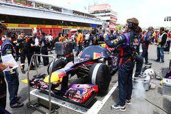 Un mécanicien Red Bull se fait prendre en photo par un mécanicien Lotus