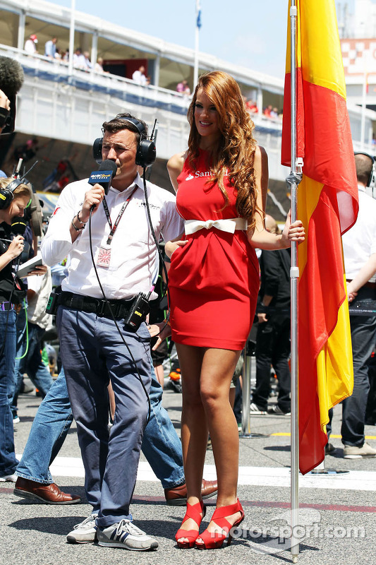 Will Buxton, apresentador da NBC Sports Network, com grid girl