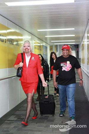 Ричард Бренсон стал стюардессой на рейсе компании AirAsia, Особое мероприятие.