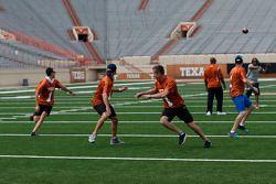 James Courtney, Mark Winterbottom en Dean Fiore trainen met Texas Longhorn-spelers Ricky Williams en