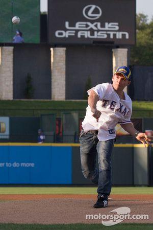 Lee Holdsworth gooit de eerste bal bij de Texas Rangers MLB-wedstrijd