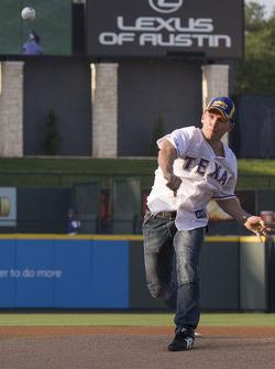 Lee Holdsworth faz o primeiro arremesso em um jogo de Texas Rangers MLB