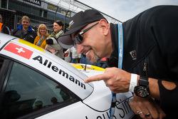 Alex Wesselsky, présentateur d'Auftrag Auto avec Cyndie Allemann, s'amuse sur la grille de départ