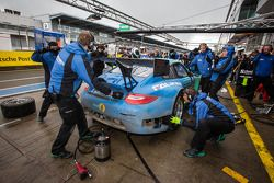 Pit stop #44 Falken Motorsports Porsche 997 GT3 R (SP9): Wolf Henzler, Peter Dumbreck, Martin Raggin