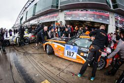Pitstop voor #187 Team Extreme Racing BMW Z4 (V5): Axel Duffner, Jaber Alkhalifa, Abdulazis Al Faisal, Rainer Kathan