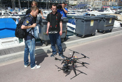 Sebastian Vettel, Red Bull Racing kijkt naar een gemotoriseerde helicopter