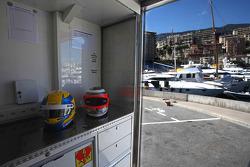 De helmen van Esteban Gutierrez, Sauber en Nico Hulkenberg, Sauber