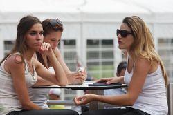 Vrouwen bij het Red Bull Energy Station