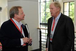 Edsel Ford II praat met Robert Yates