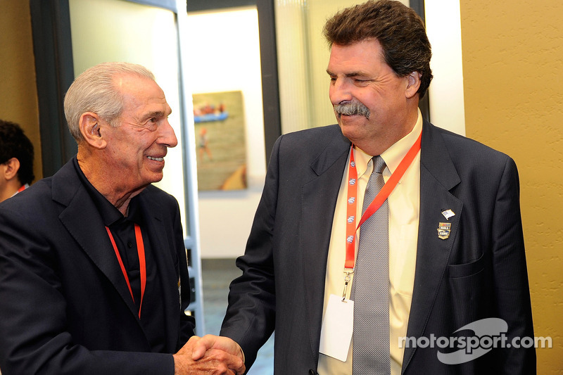 NASCAR Hall of Famer Ned Jarrett praat met NASCAR President Mike Helton