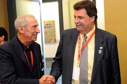 NASCAR Hall of Famer Ned Jarrett praat met NASCAR President Mike Helton