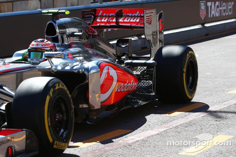 Sergio Pérez, McLaren MP4-28 con el equipo de sensor en la suspensión trasera