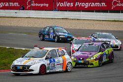 #139 Renault Clio (SP3): Xavier Lamadrid, Massimiliano Girando, Nicolas Abril en #153 Seat Leon TDI
