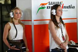 (Soldan-Sağa): Jennifer Becks, Sahara Force India F1 ve Laura Jordan, Sahara Force India F1