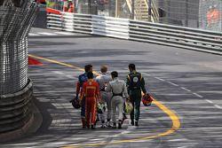 Inicio de la carrera, Un choque, Los pilotos se dirigen a la zona de pits