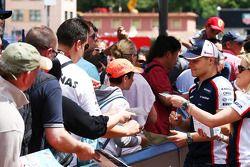 Valtteri Bottas, Williams signeert voor de fans