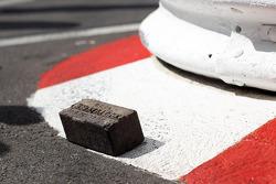 Will Buxton, NBC Sports Network-presentator krijgt een originele brick van de organisatie van de Indianapolis 500