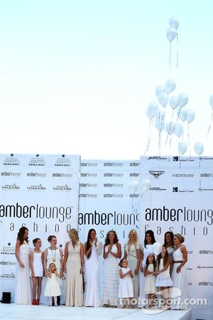 Vrouwen en vriendinnen bij de Amber Lounge Fashion Show