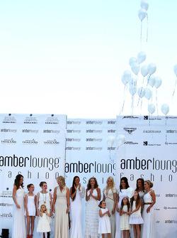 Des femmes et des compagnes à l'Amber Lounge Fashion Show