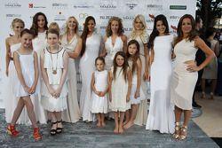 Vrouwen, vriendinnen en kinderen bij de Amber Lounge Fashion Show