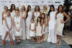 Des femmes, des compagnes et des enfants à l'Amber Lounge Fashion Show