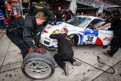 Pitstop voor #38 Kremer Racing Porsche 997 GT3 (SP7): Pascal Bour, Franck Bulté, Jean-Luc Deblangey,