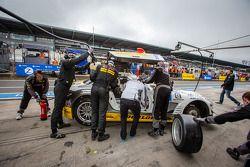 Pitstop voor #23 Rowe Racing Mercedes-Benz SLS AMG GT3 (SP9): Lance David Arnold, Alexander Roloff,