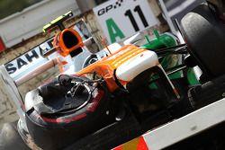 De beschadigde Sahara Force India F1 VJM06 van Adrian Sutil, Sahara Force India F1 is komt terug naar de pits op een truck