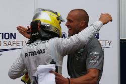 Nico Rosberg, Mercedes AMG F1 W04 et Daniel Schloesser, Mercedes AMG F1