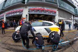 Pitstop voor #110 Kissling Motorsport Opel Astra OPC (SP3T): Hannu Luostarinen, Stefan Kissling