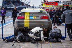 Pitstop voor #177 SFG Schönau e.V. im ADAC BMW E46 (V6): Michael Clemens, Angus Chapal, Garth Duffy,