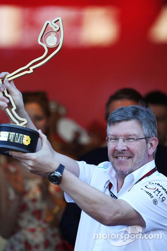 Ross Brawn, chefe da equipe Mercedes AMG F1 comemora no pódio