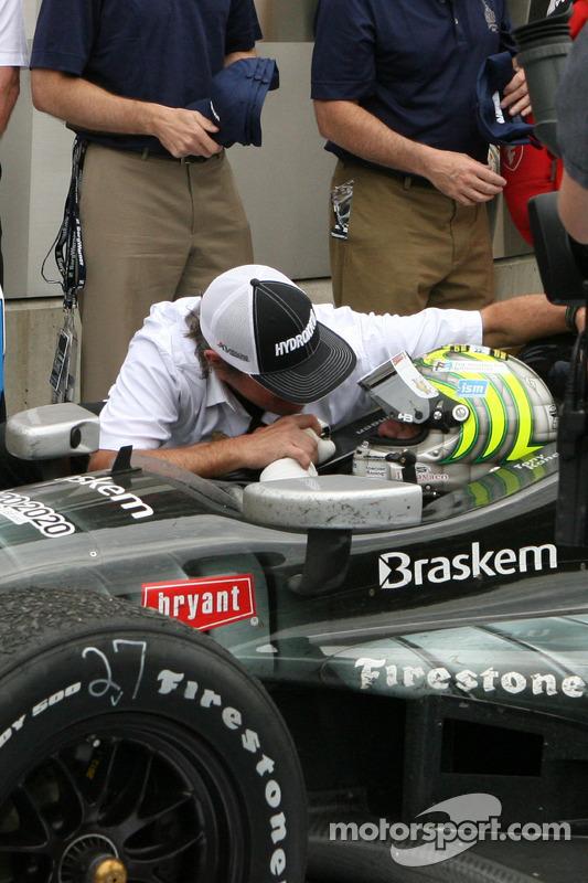 Jimmy Vasser congratulats race winner Tony Kanaan