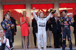 Het podium, Red Bull Racing, tweede; Nico Rosberg, Mercedes AMG F1, racewinnaar; Mark Webber, Red Bu