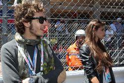 Valentino Rossi, Moto GP coureur met zijn vriendin Linda Morselli, op de grid