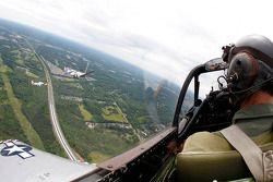 Historische vliegtuigen komen over voor de start van de race