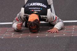 El ganador de la carrera Tony Kanaan, KV Racing Technology Chevrolet besa el patio de ladrillos