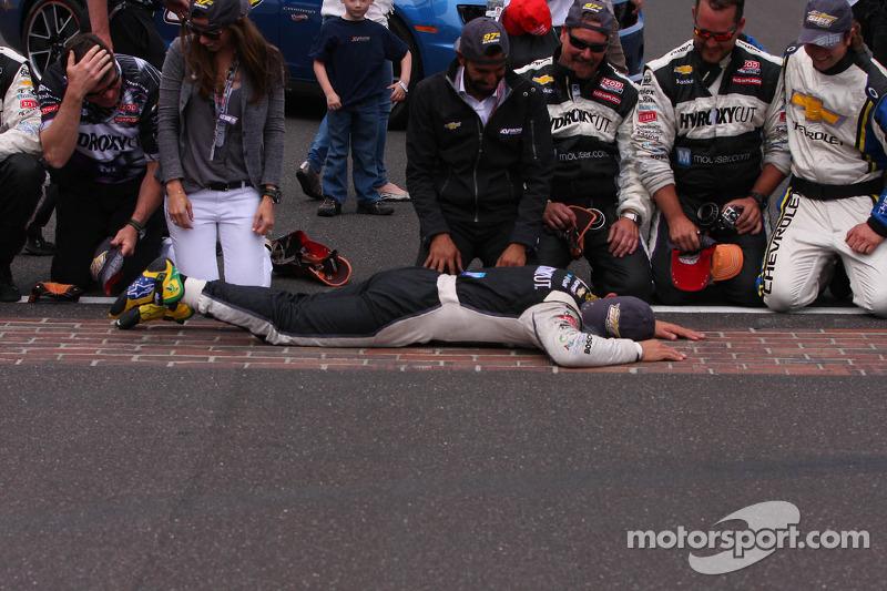 O vencedor Tony Kanaan, KV Racing Technology Chevrolet beija the yard de bricks