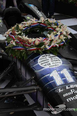 La corona de flores en el coche de Tony Kanaan