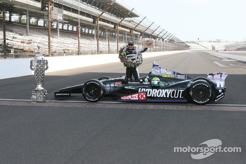Ganador de la carrera Tony Kanaan, KV Racing Technology Chevrolet celebra con el coche y el trofeo