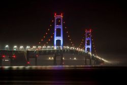 De Mackinac Bridge wordt in het blauw verlicht ter promotie van de Michigan International Speedway e