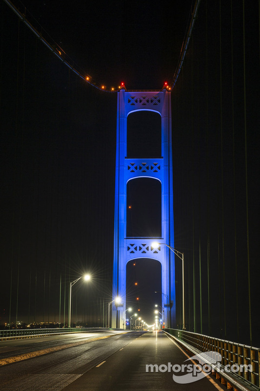 Mackinac Bridge is lit up in blue to promote the Michigan International Speedway e Michigan native B