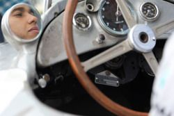 Lewis Hamilton en el Mercedes antiguo de Stirling Moss
